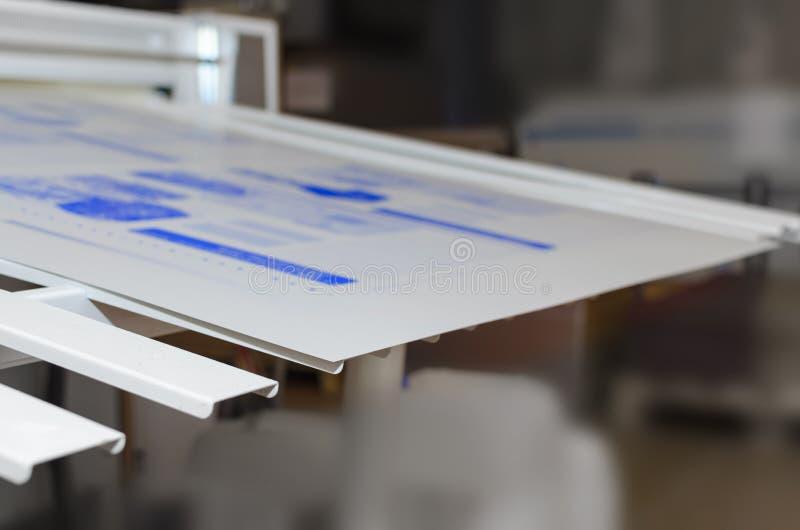 Εγκαταστάσεις εκτύπωσης - υπολογιστής στο τμήμα πιάτων στοκ φωτογραφίες