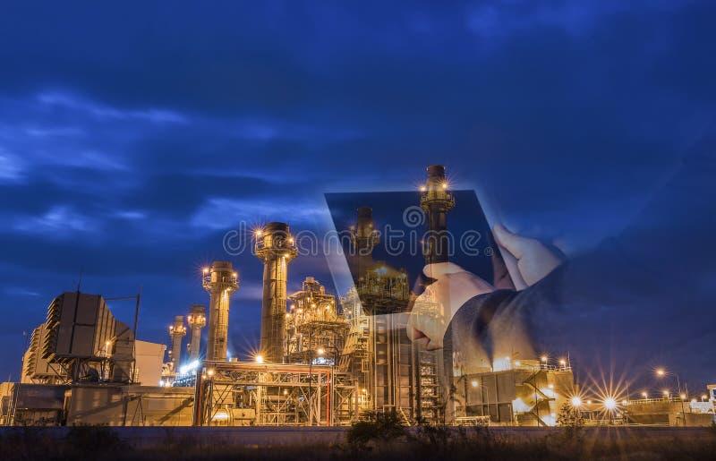 Εγκαταστάσεις ηλεκτρικής δύναμης στροβίλων αερίου στο σούρουπο με την μπλε ώρα στοκ φωτογραφία με δικαίωμα ελεύθερης χρήσης