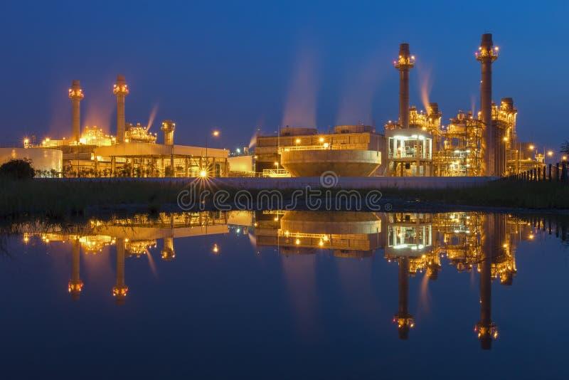Εγκαταστάσεις ηλεκτρικής δύναμης στροβίλων αερίου στο σούρουπο με το μπλε ουρανό στοκ φωτογραφία με δικαίωμα ελεύθερης χρήσης