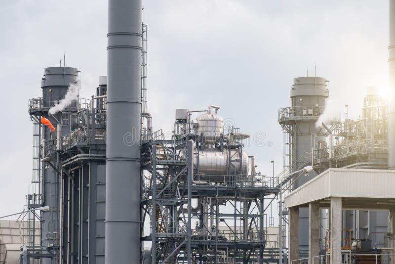Εγκαταστάσεις ηλεκτρικής δύναμης στροβίλων αερίου στο σούρουπο με το λυκόφως στοκ εικόνες