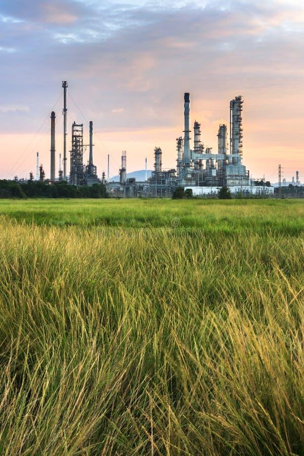 Εγκαταστάσεις ηλεκτρικής δύναμης στροβίλων αερίου το πρωί στοκ εικόνες