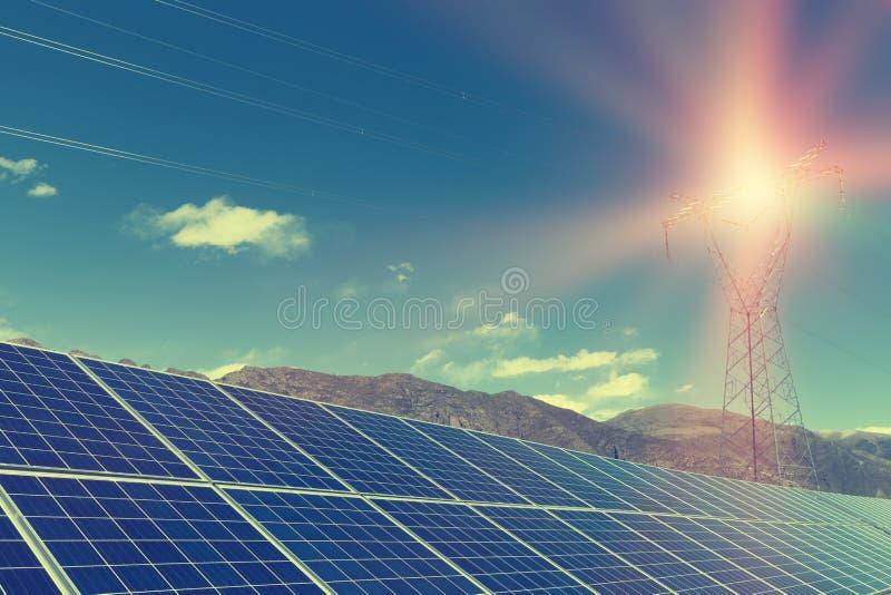 Εγκαταστάσεις ηλιακής ενέργειας και πύργοι δύναμης στοκ φωτογραφίες