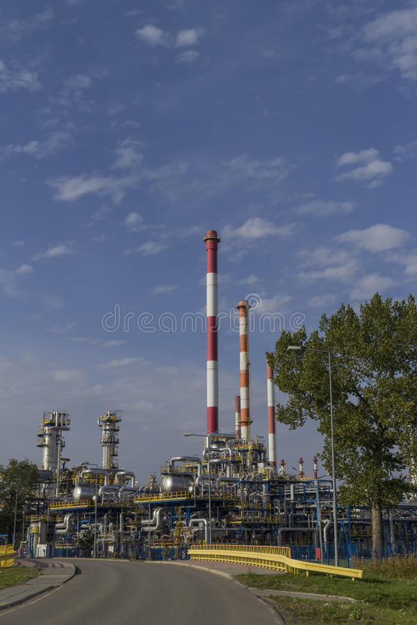 Εγκαταστάσεις διυλιστηρίων πετρελαίου ενάντια στο μπλε ουρανό στοκ εικόνες με δικαίωμα ελεύθερης χρήσης