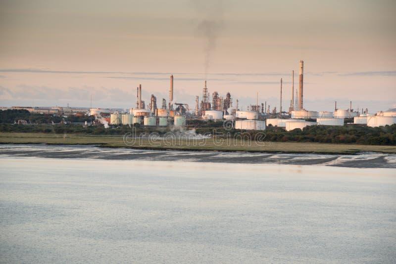 Εγκαταστάσεις καθαρισμού της Exxon Fawley σε Southampton wate στοκ φωτογραφία