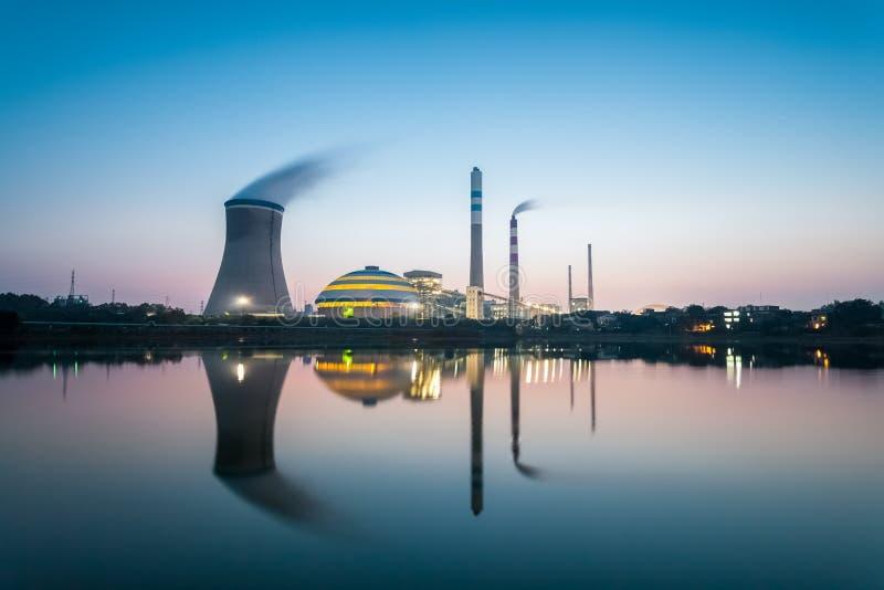 Εγκαταστάσεις παραγωγής ενέργειας άνθρακα στο σούρουπο στοκ εικόνες με δικαίωμα ελεύθερης χρήσης