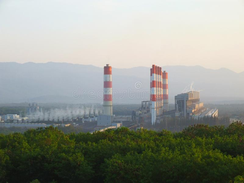 Εγκαταστάσεις παραγωγής ενέργειας βιομηχανικού άνθρακα με την καπνοδόχο Γονίδιο ηλεκτρικής δύναμης στοκ φωτογραφία