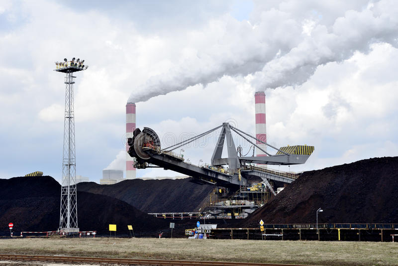 Εγκαταστάσεις παραγωγής ενέργειας καφετιού άνθρακα στοκ εικόνα με δικαίωμα ελεύθερης χρήσης
