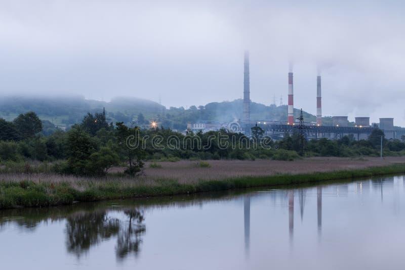 Εγκαταστάσεις παραγωγής ενέργειας πόλεων στην όχθη ποταμού στοκ εικόνα με δικαίωμα ελεύθερης χρήσης