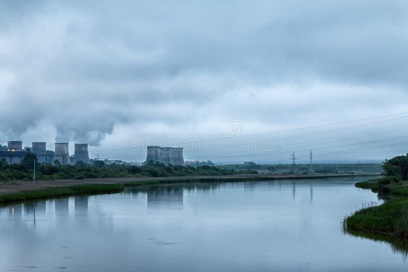 Εγκαταστάσεις παραγωγής ενέργειας πόλεων στην όχθη ποταμού στοκ εικόνες