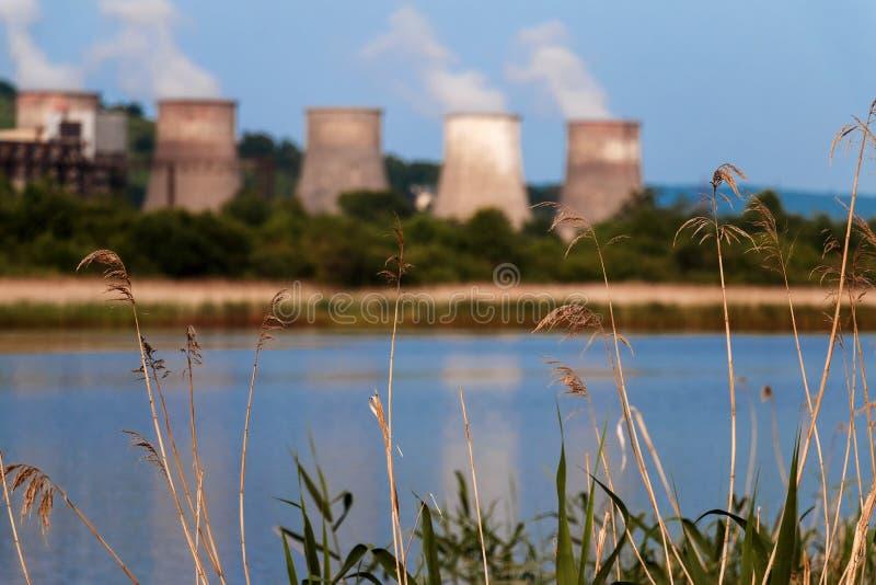 Εγκαταστάσεις παραγωγής ενέργειας στην όχθη ποταμού στοκ φωτογραφία με δικαίωμα ελεύθερης χρήσης