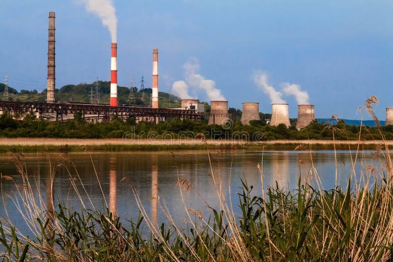 Εγκαταστάσεις παραγωγής ενέργειας στην όχθη ποταμού στοκ φωτογραφίες με δικαίωμα ελεύθερης χρήσης