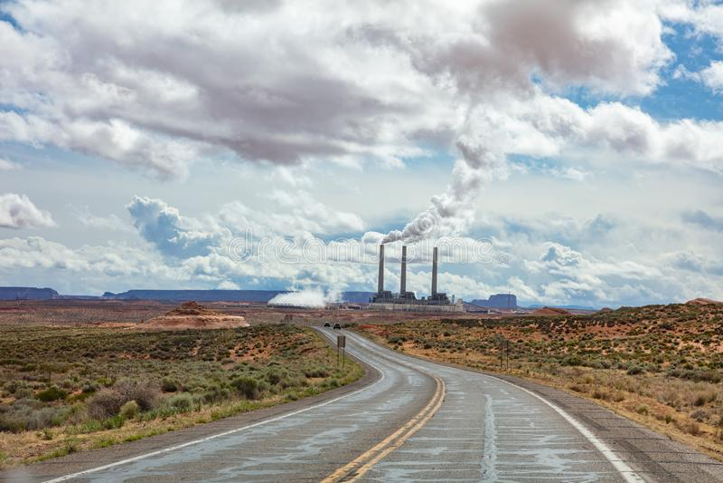 Εγκαταστάσεις παραγωγής ενέργειας της Αριζόνα σελίδων Μακριά άνεμος εθνική οδός στην αμερικανική έρημο, μπλε ουρανός με τα σύννεφ στοκ φωτογραφία
