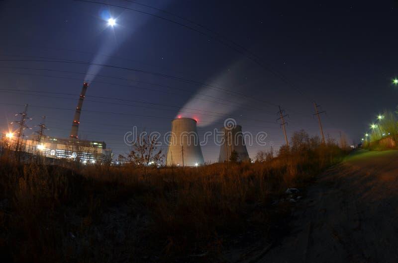 Εγκαταστάσεις παραγωγής ενέργειας τη νύχτα στοκ εικόνες με δικαίωμα ελεύθερης χρήσης