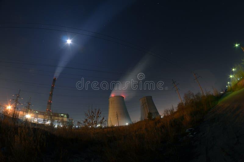 Εγκαταστάσεις παραγωγής ενέργειας τη νύχτα στοκ φωτογραφίες