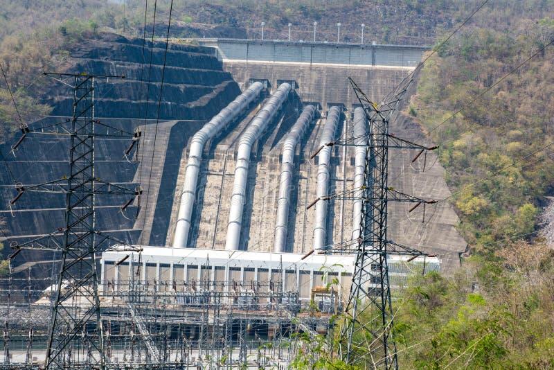 Εγκαταστάσεις παραγωγής ενέργειας φορτίων των μεγάλων φραγμάτων στον ποταμό στοκ εικόνες