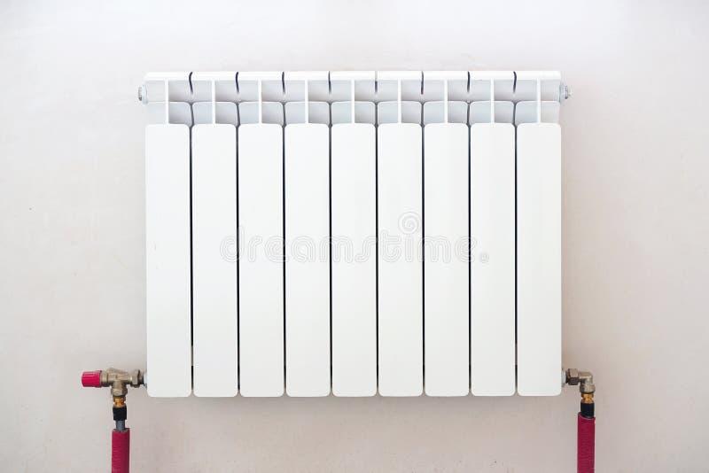 Εγκαταστήστε και θερμαντικό σώμα εγχώριων υδραυλικών montage για το σύστημα θέρμανσης με τους κρύβοντας σωλήνες στοκ φωτογραφίες