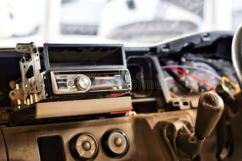 Εγκαταστήστε προσωπικός ένα ραδιο αυτοκίνητο από τον τεχνικό στοκ φωτογραφία