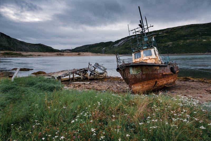 Εγκαταλειμμένα σκάφη κοντά σε Teriberka Ρωσία στοκ φωτογραφίες
