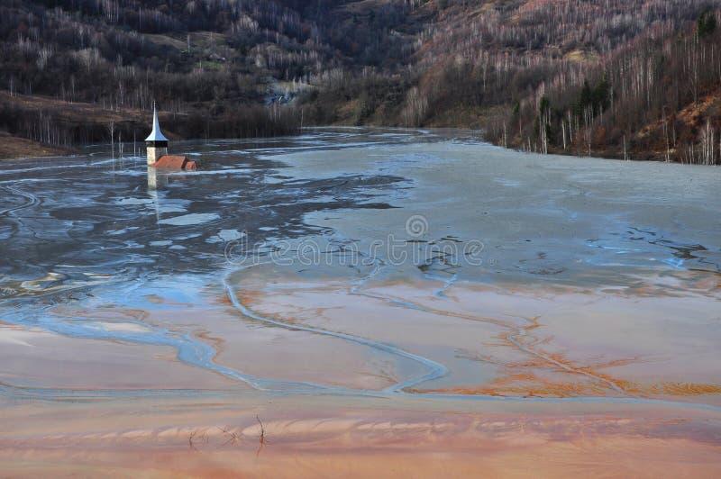 Εγκαταλειμμένη εκκλησία από ένα που πλημμυρίζει σύνολο λιμνών με τα χημικά υπόλοιπα στοκ φωτογραφία