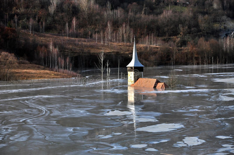 Εγκαταλειμμένη εκκλησία σε μια λίμνη λάσπης. Φυσική καταστροφή μεταλλείας στοκ εικόνα με δικαίωμα ελεύθερης χρήσης