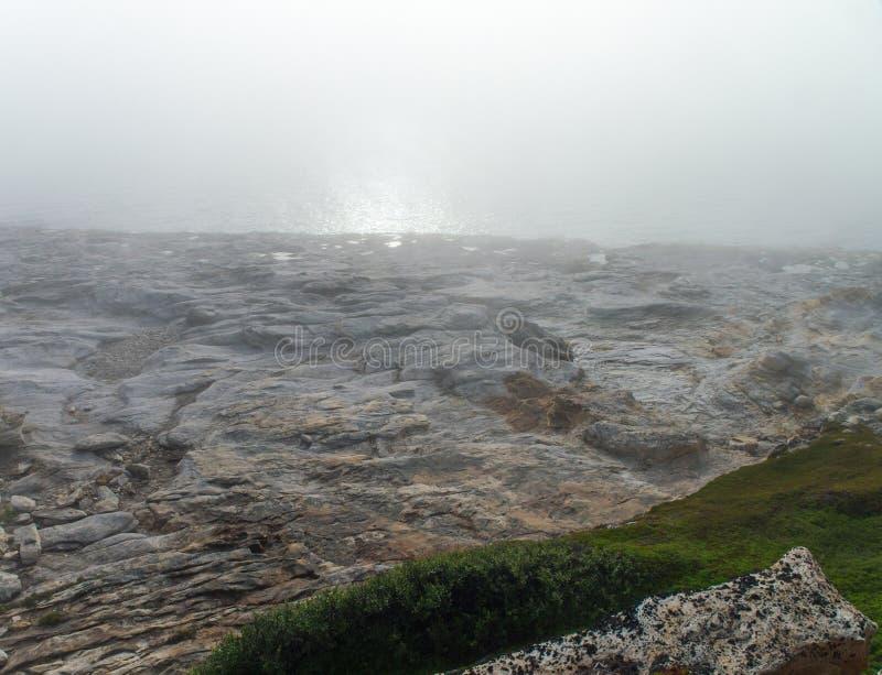 Εγκαταλειμμένη παραλία στην ομίχλη στοκ εικόνες