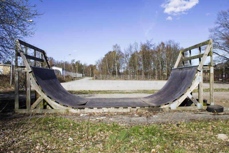 Εγκαταλειμμένη skateboard κεκλιμένη ράμπα στοκ εικόνες με δικαίωμα ελεύθερης χρήσης