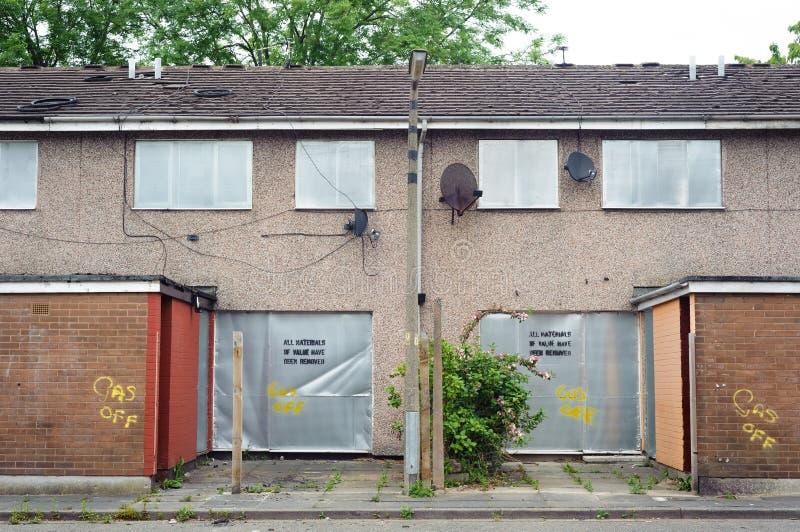 Εγκαταλειμμένη terraced κατοικία με τα παραθυρόφυλλα μετάλλων, Salford, UK στοκ φωτογραφία με δικαίωμα ελεύθερης χρήσης
