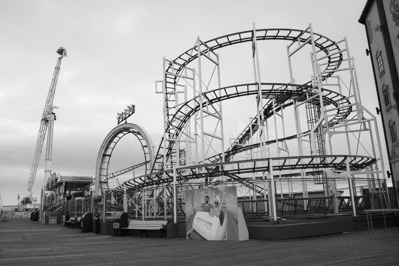 Εγκαταλειμμένοι γύροι στο μαύρο λευκό αποβαθρών του Μπράιτον στοκ εικόνα με δικαίωμα ελεύθερης χρήσης