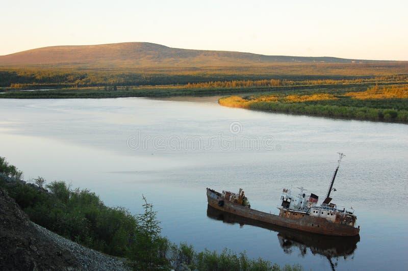 Εγκαταλειμμένος το σκάφος στον ποταμό Kolyma στοκ εικόνα