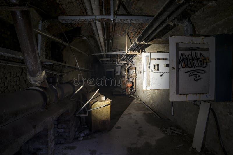 Εγκαταλειμμένος υπόγεια στοκ φωτογραφία