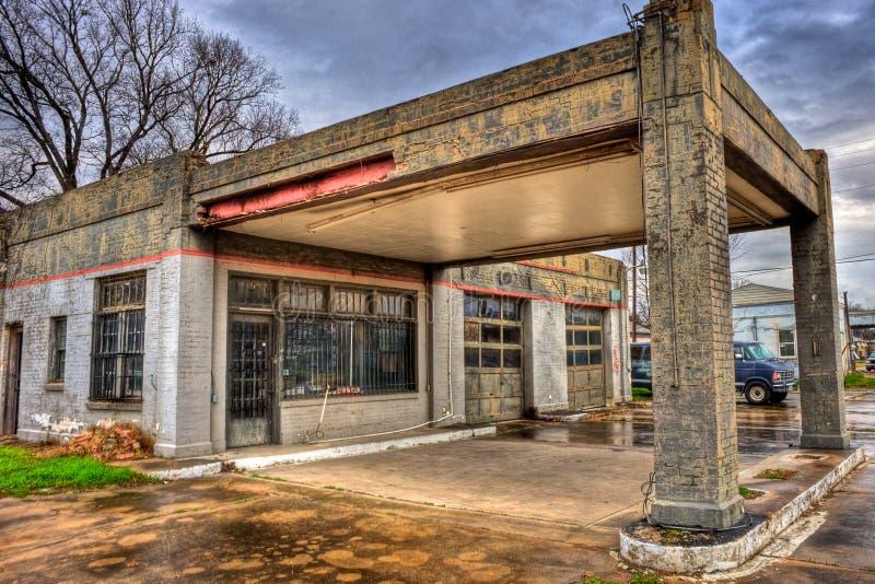 Εγκαταλειμμένο βενζινάδικο με το γκαράζ Navasota, Τέξας δύο κόλπων στοκ φωτογραφία