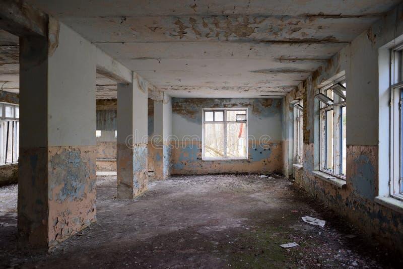 Εγκαταλειμμένο κενό δωμάτιο με τα μεγάλα παράθυρα στοκ φωτογραφία με δικαίωμα ελεύθερης χρήσης