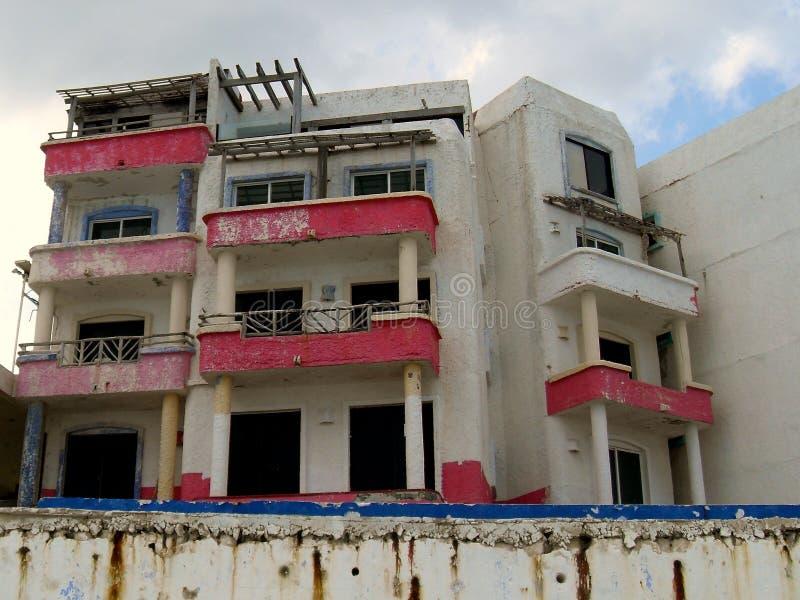 Εγκαταλειμμένο ξενοδοχείο παραλιών στοκ φωτογραφίες
