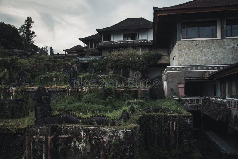 Εγκαταλειμμένο ξενοδοχείο στο νησί του Μπαλί στοκ εικόνες