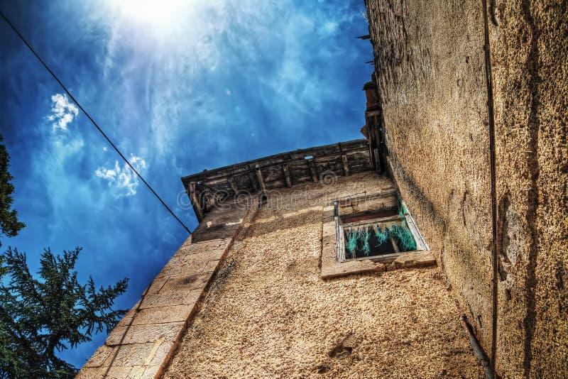 Εγκαταλειμμένο σπίτι κάτω από έναν λάμποντας ήλιο στοκ εικόνα