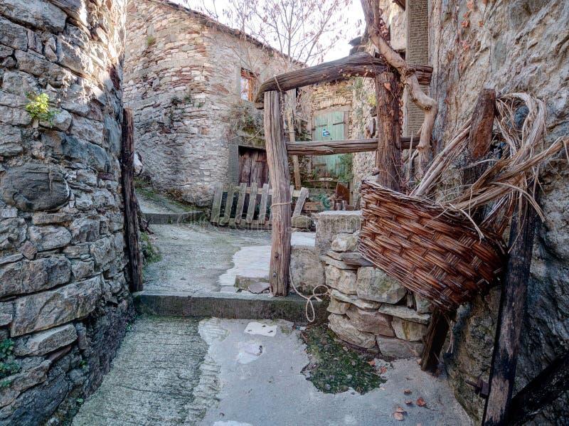 Εγκαταλειμμένο χωριό με το καλάθι Χρόνοι από μπροστά, bygones στοκ εικόνες με δικαίωμα ελεύθερης χρήσης