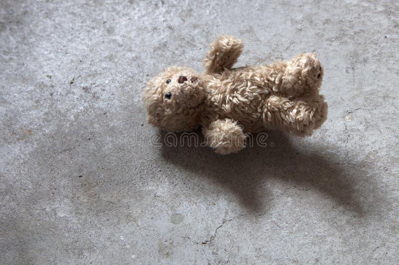 Εγκαταλειμμένο Teddy αντέχει με τα καλλιεργημένα αυτιά στοκ εικόνες