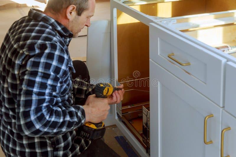 Εγκατεστημένο δοχείο απορριμάτων συρταριών με το μέτωπο για το συρτάρι μέσα για τα μικρά αντικείμενα στοκ φωτογραφίες