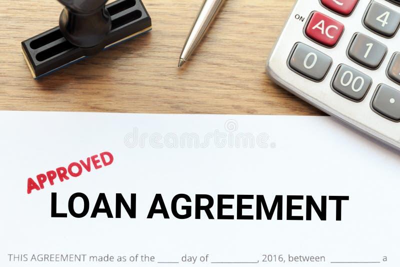 Εγκεκριμένο έγγραφο συμφωνίας δανείου με τη σφραγίδα και το calculato στοκ εικόνες
