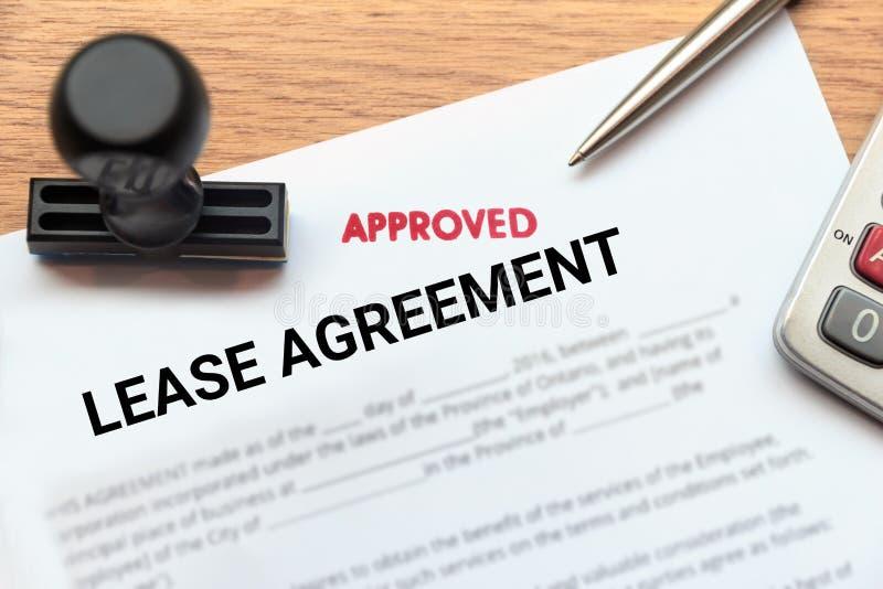 Εγκεκριμένο έγγραφο συμφωνίας μισθώσεων με τη σφραγίδα και calculat στοκ φωτογραφία με δικαίωμα ελεύθερης χρήσης