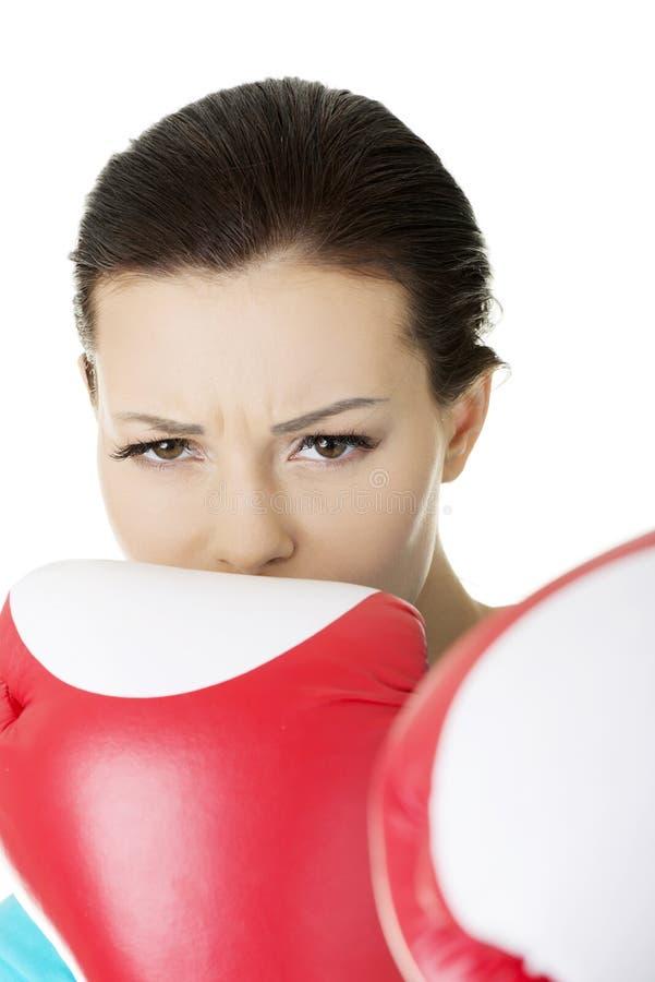 Εγκιβωτίζοντας γυναίκα ικανότητας που φορά τα κόκκινα εγκιβωτίζοντας γάντια στοκ εικόνα με δικαίωμα ελεύθερης χρήσης