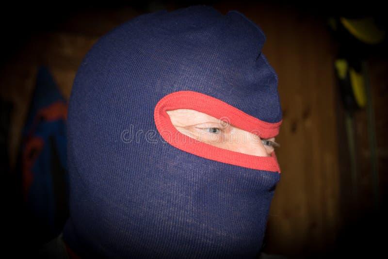 Εγκληματικός αρσενικός τρομοκράτης με τη μάσκα στοκ εικόνες