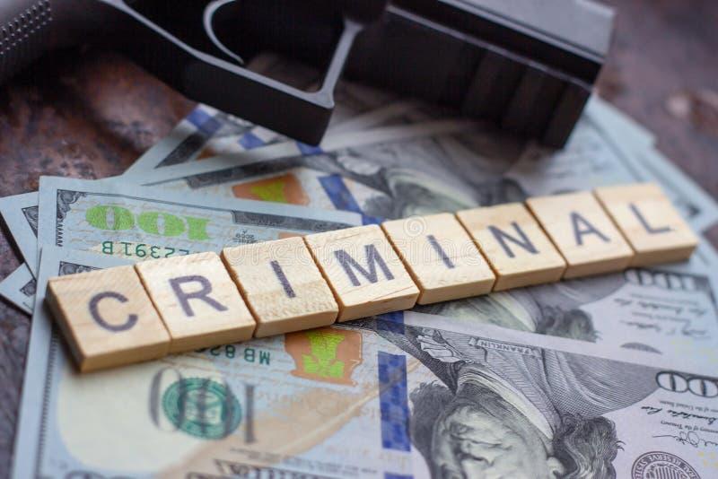 Εγκληματικό σημάδι και μαύρο πυροβόλο όπλο στο υπόβαθρο αμερικανικών δολαρίων Μαύρη αγορά, δολοφονία συμβάσεων, μαφία και έννοια  στοκ φωτογραφία με δικαίωμα ελεύθερης χρήσης