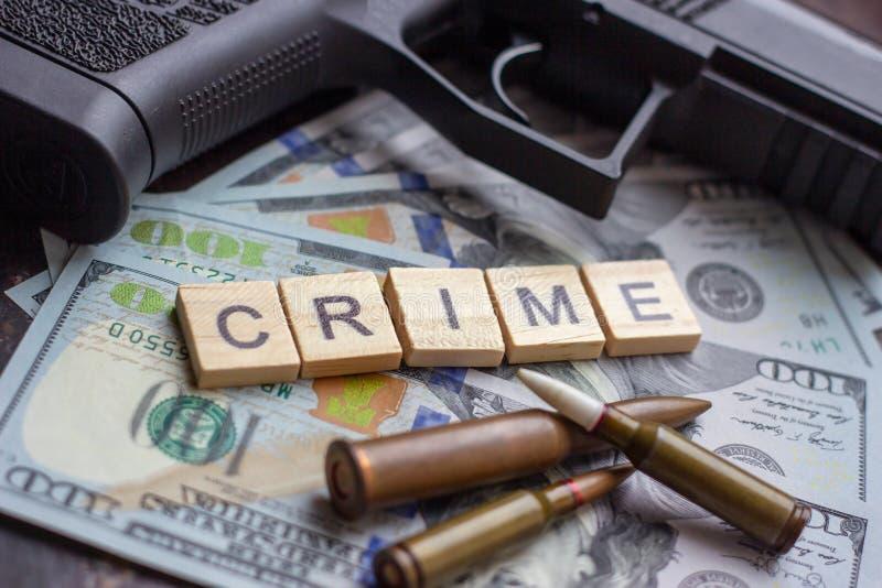 Εγκληματικό σημάδι και μαύρο πυροβόλο όπλο στο υπόβαθρο αμερικανικών δολαρίων Μαύρη αγορά, δολοφονία συμβάσεων, μαφία και έννοια  στοκ εικόνες