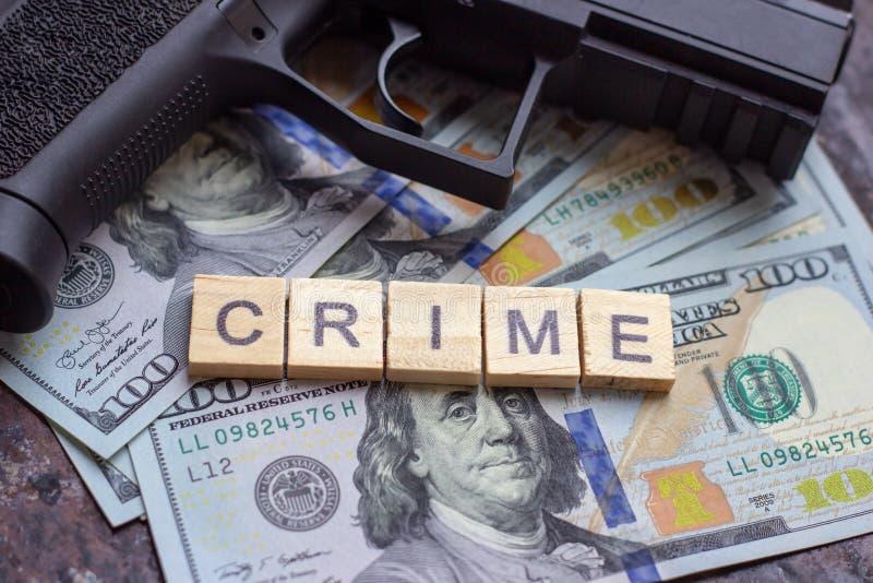 Εγκληματικό σημάδι και μαύρο πυροβόλο όπλο στο υπόβαθρο αμερικανικών δολαρίων Μαύρη αγορά, δολοφονία συμβάσεων, μαφία και έννοια  στοκ φωτογραφία