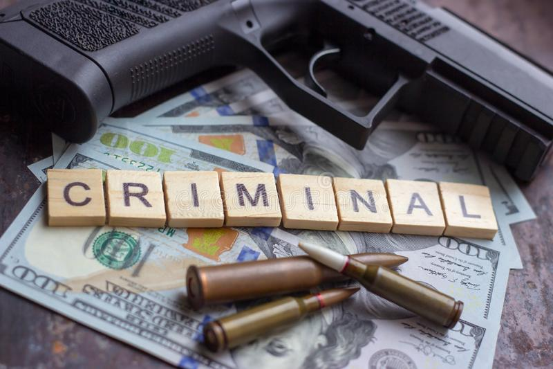 Εγκληματικό σημάδι στο υπόβαθρο αμερικανικών δολαρίων Μαύρη αγορά, δολοφονία συμβάσεων, ληστεία, μαφία και έννοια εγκλήματος στοκ φωτογραφίες
