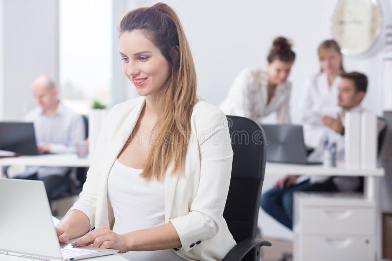 Εγκυμοσύνη και σταδιοδρομία στην εταιρία στοκ εικόνα