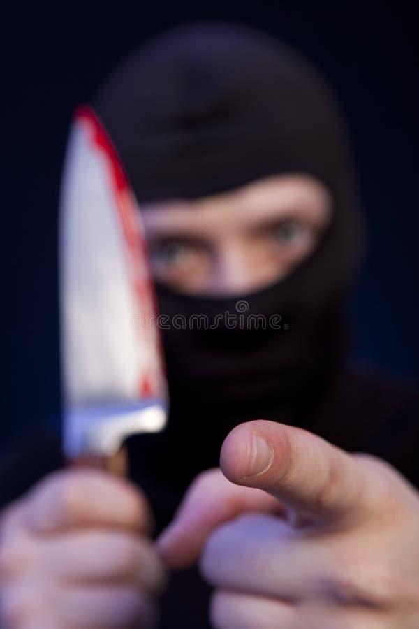 Εγκληματίας ατόμων στη μαύρη μάσκα με το μαχαίρι στοκ φωτογραφία με δικαίωμα ελεύθερης χρήσης