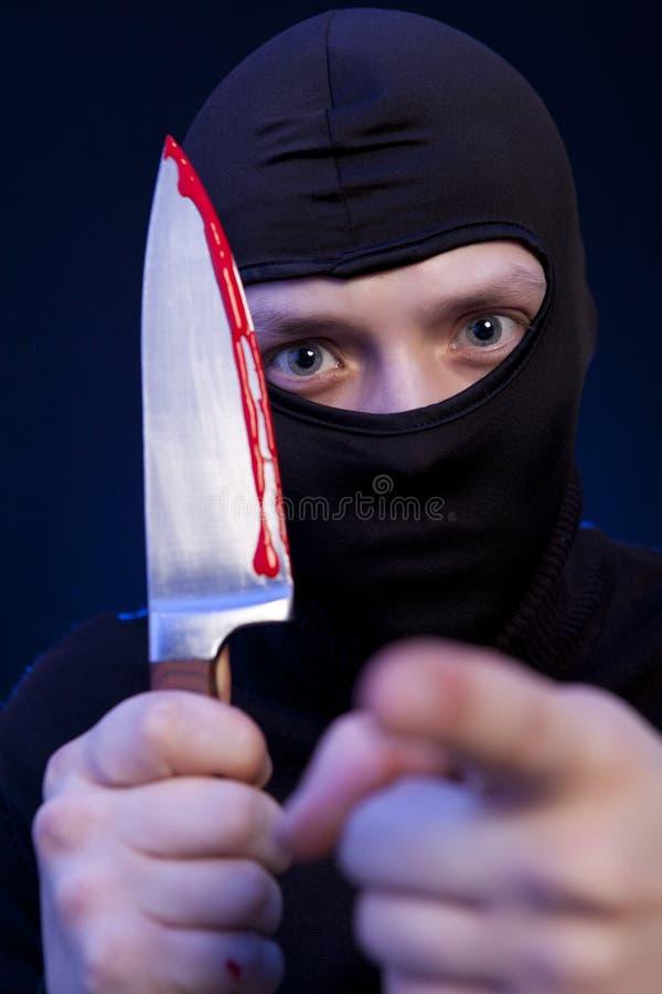 Εγκληματίας ατόμων στη μαύρη μάσκα με το μαχαίρι στοκ φωτογραφίες με δικαίωμα ελεύθερης χρήσης