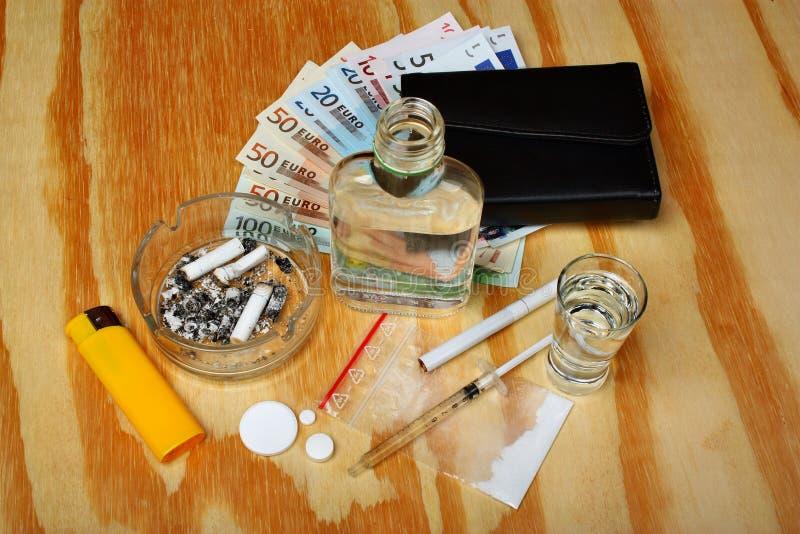 Εγκληματικά ναρκωτικά ληστών πραγμάτων, ευρο- χρήματα εμπόρων ενισχυτών στον πίνακα στοκ εικόνα